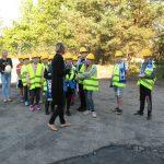 Grupa dzieci zwiedza teren MPEC