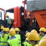 Dzieci przedjedną zciężarówek MPEC
