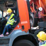 Uczeń ogląda kabinę ciężarówki