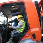 dziewczynka wkabinie ciężarówki