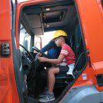 Chłopiec wkabinie ciężarówki
