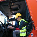 Inny chłopiec wkabinie ciężarówki