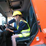 Uczennica ogląda kabinę ciężarówki