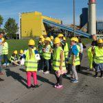 Zwiedzające dzieci natle budynków MPEC