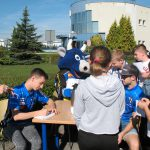 Zawodnicy Unii Leszno rozdają dzieciom autografy naterenie MPEC