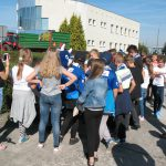 Dzieci izawodnicy Unii Leszno natle budynków MPEC