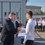 Dyrektor MPEC Leszno wręcza nagrodę uczniwi szkoły średniej zaudział wkonkurcie