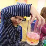 Doświadczenia chemiczne wtrakcie warsztatów ekologicznych