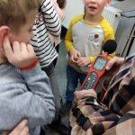 Warsztaty ekologiczne - uczniowie oglądają sprzęt pomiarowy