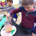Uczniowie wtrakcie warsztatów ekologicznych wMPEC Leszno